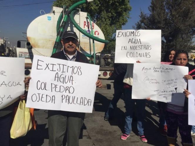 Hartos por la falta de agua, cientos de vecinos de Ecatepec protestaron con la toma simbólica de dos pozos e impidieron que pipas fueran abastecidas.