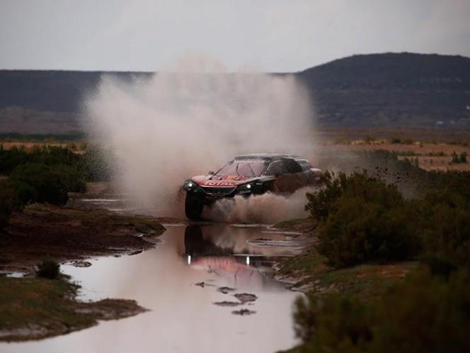 En la etapa entre Uyuni y Tupiza (Bolivia), con 585 kilómetros, de los que 498 kilómetros son cronometrados, Sainz tratará de preservar su coche para llegar al campamento, donde finalmente podrá ser revisado (EFE)