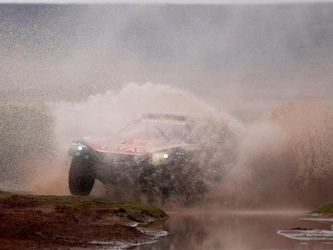 Sainz se queda como el primer candidato del equipo de Peugeot para ganar este Dakar (EFE)