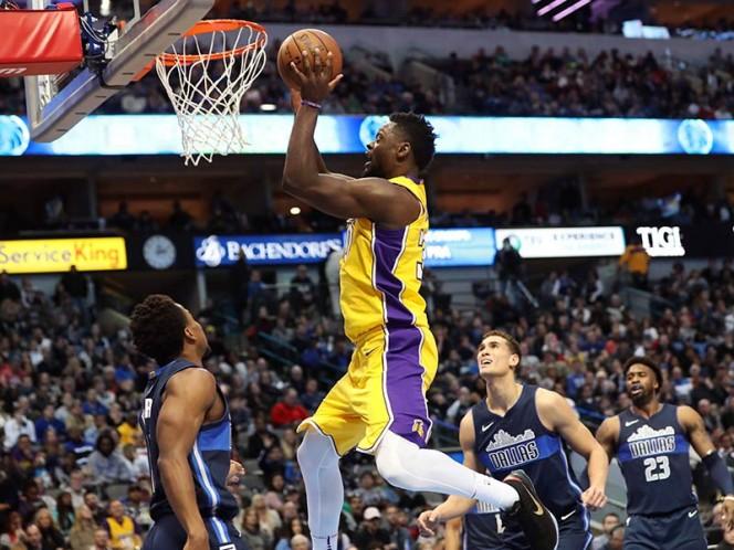 Julius Randle se quedó con la pelota y la metió en el aro rival para darle la victoria a los Lakers frente a Dallas (Reuters)