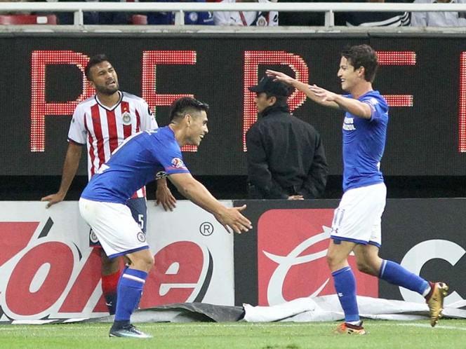 Cruz Azul le pega a Chivas con polémica arbitral