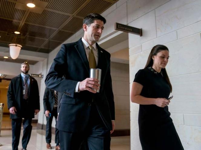 El presidente de la Cámara de Representantes, Paul Ryan, acompañado de su secretaria de prensa, AshLee Strong, rumbo al Centro de Visitas del Capitolio