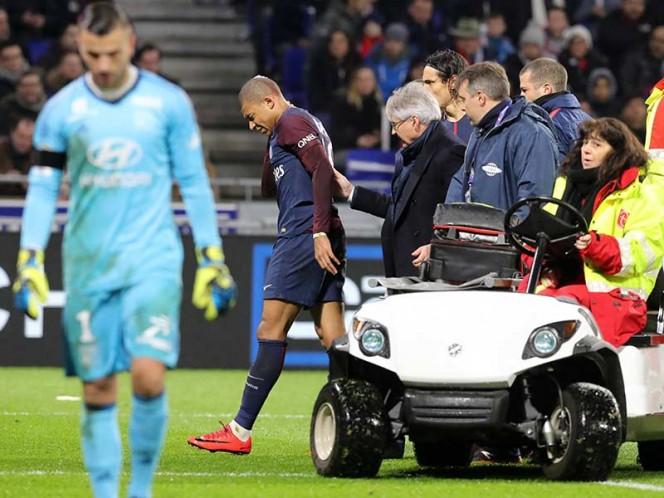 Las asistencias revisaron al jugador y más tarde lo retiraron del campo