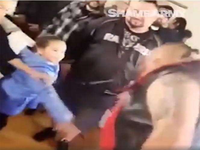 Luchador escupe a niña que quería saludarlo