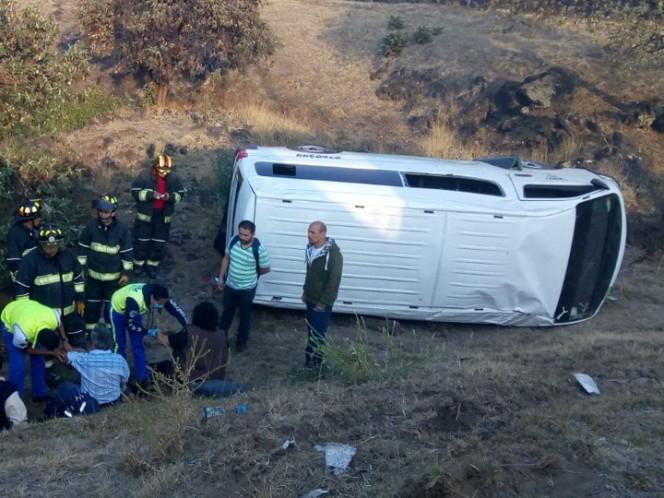 Se vuelca combi en Perisur; hay cinco pasajeros lesionados
