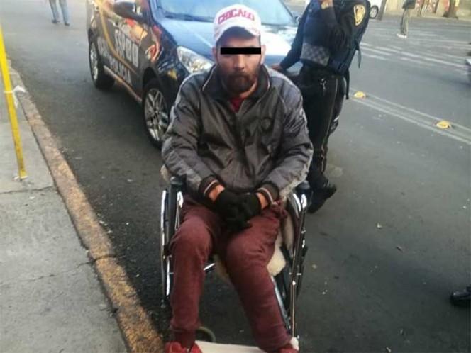 En silla de ruedas, sujeto asalta un Oxxo