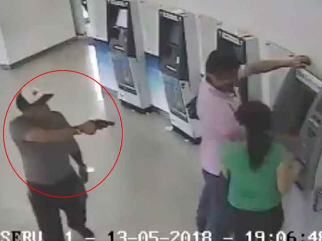 Captan robo a pareja al interior de banco