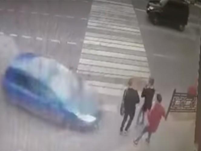 Auto a gran velocidad atropella a peatones