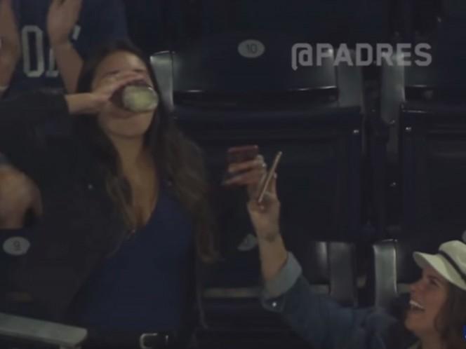 Aficionada atrapa pelota con su cerveza