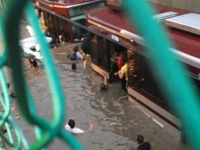 Tormenta provoca inundaciones en calles, plaza y tren ligero de Guadalajara