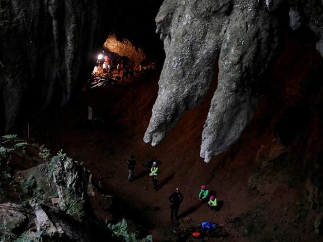 Cavan hoyo con la esperanza de encontrar a niños en cueva en Tailandia