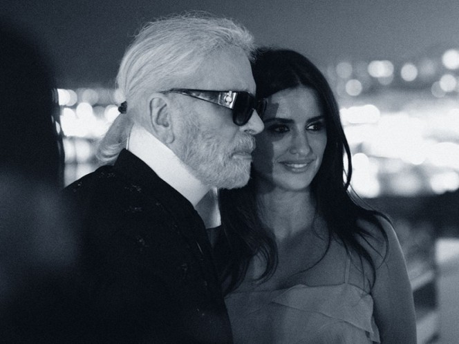 La filial española recuerda en una nota que la protagonista de filmes como 'Volver'o 'Loving Pablo'asistió a un desfile de Chanel por primera vez en 1999.