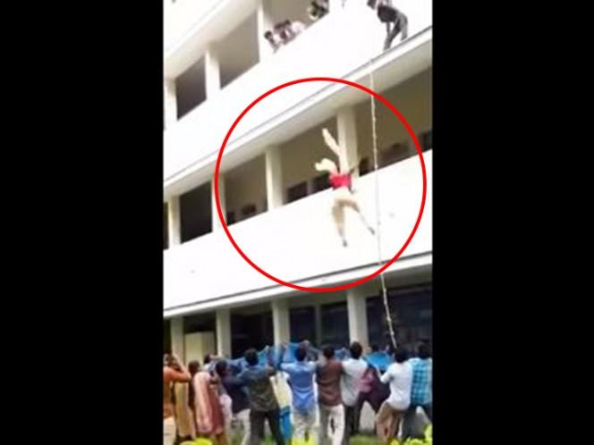 Estudiante muere al ser empujada de un segundo piso