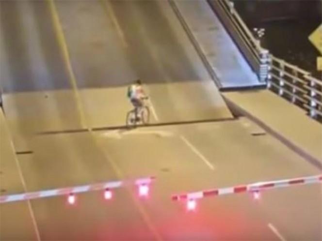 Una ciclista ignora una advertencia y cae entre un puente levadizo