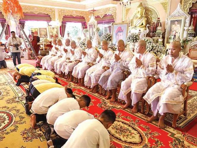 Los niños tailandeses rescatados inician ceremonia para ordenarse monje budista