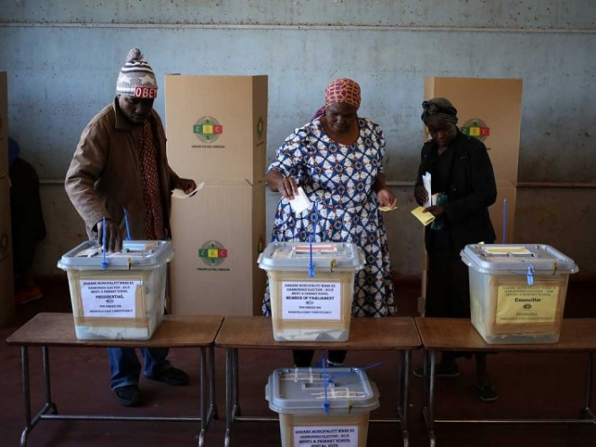 El expresidente Robert Mugabe vota en las elecciones generales de Zimbabue