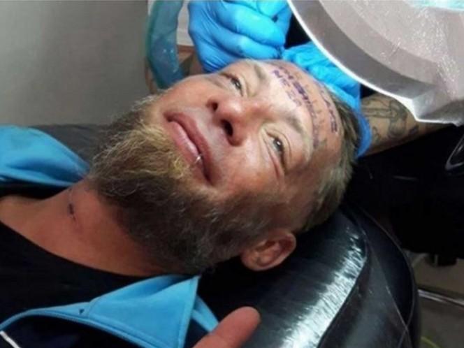 Turistas británicos tatúan a un indigente a cambio de 100 euros
