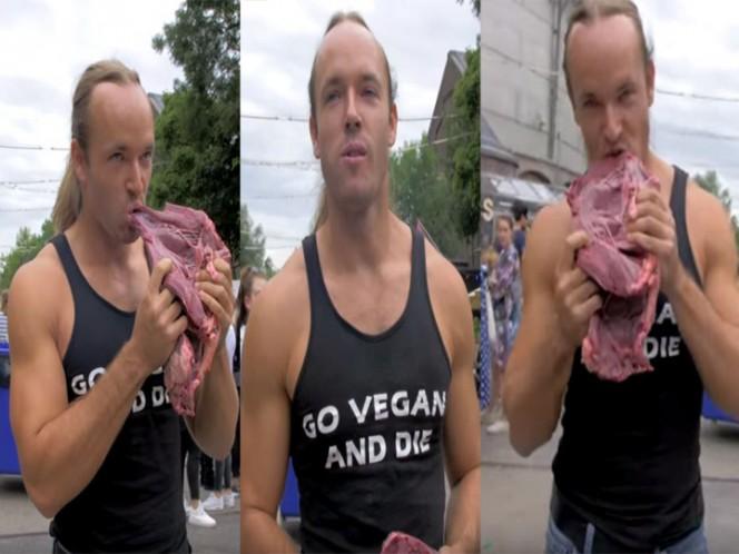 Hombre es filmado comiendo carne cruda durante un festival de comida vegana