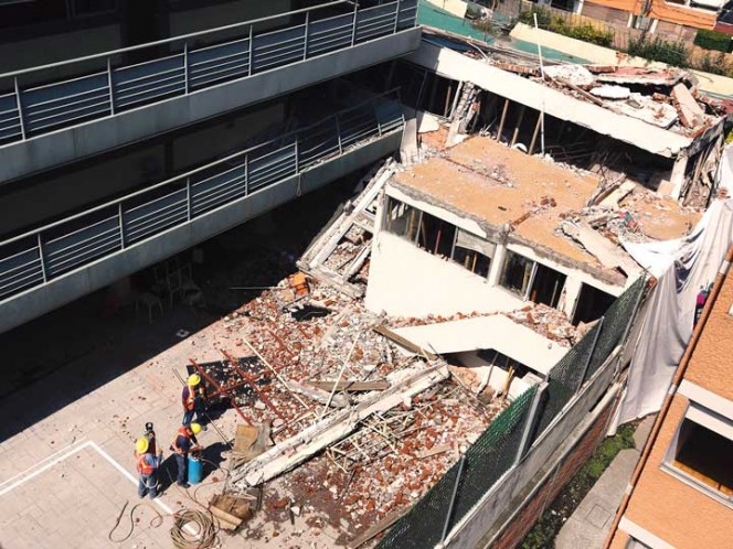 Yesterday, the most affected part of the school Enrique Rébsamen looked like this. During the demolition of the fence that borders on nearby houses, the MP will monitor the works, as well as the parents. Photo: Paola Hidalgo