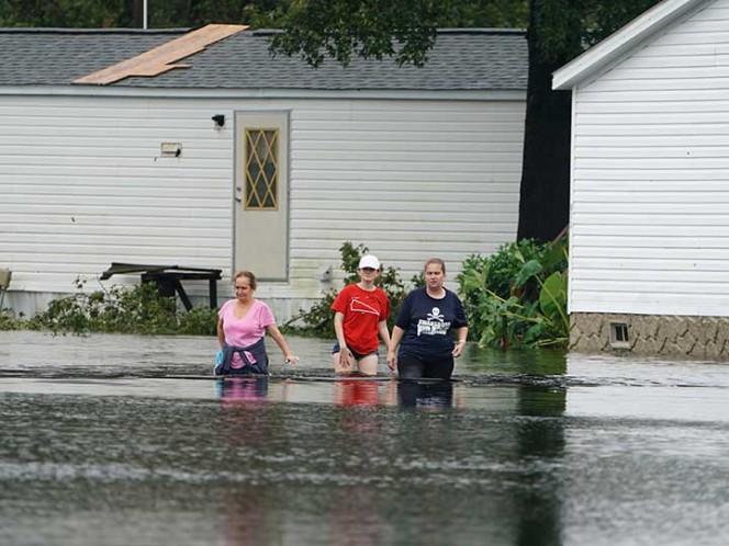 Rescatan seis perros encerrados en jaula inundada tras huracán 'Florence'