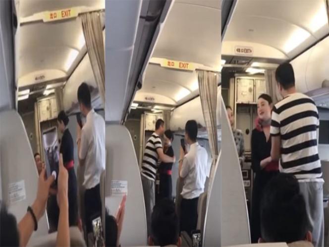 ¡Insólito! Aeromoza acepta propuesta de matrimonio en pleno vuelo y la despiden