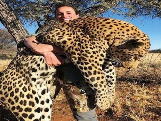 Cazadora mata a leopardo gigante y lo presume con foto