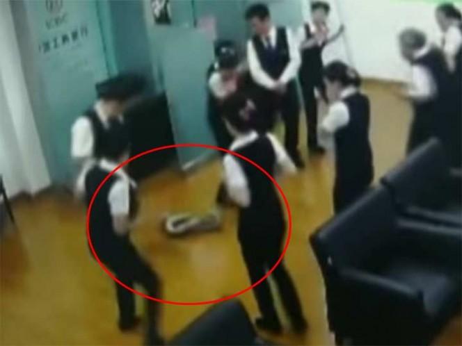 Una pitón cayó del techo en medio de una reunión