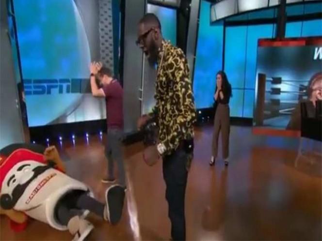 Boxeador se disculpa por tumbar de un golpe a botarga en TV