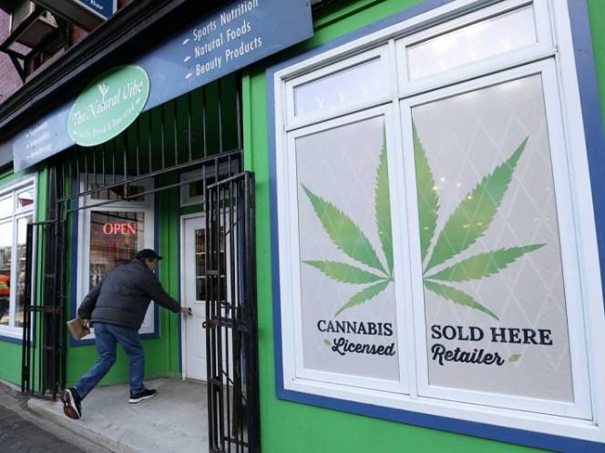 Largas colas de personas para comprar marihuana legal en Canadá