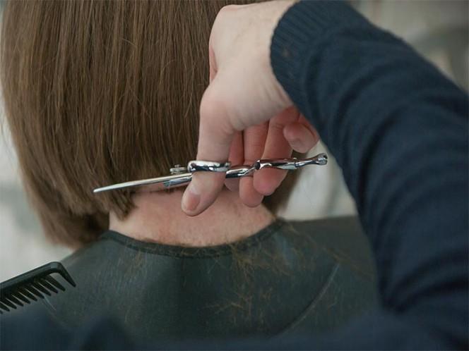 Va por un corte de cabello y la peluquera le descubre… cáncer