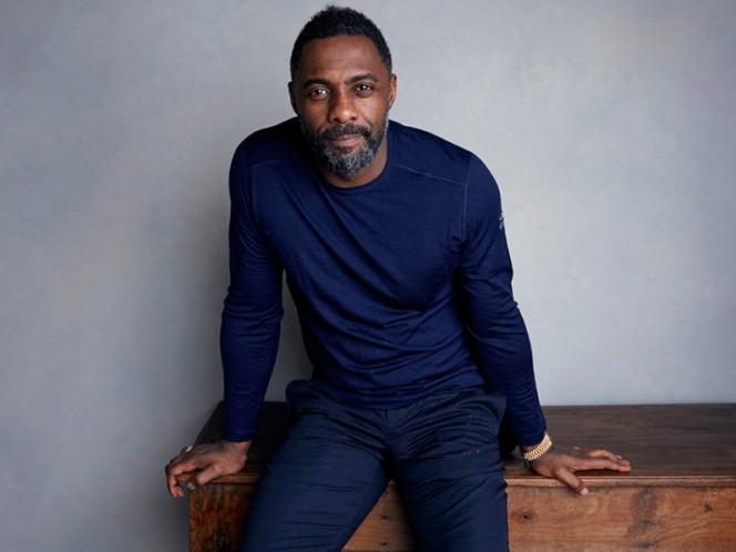 Idris Elba, de 46 años, que protagonizó las series 'The Wire'y 'Luther', se sorprendió al ser coronado vencedor este año por la publicación.