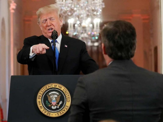Trump, a periodista: Cuando dan noticias falsas son el enemigo del pueblo