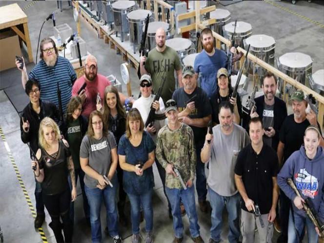 Insólito: Empresa regala a sus empleados una pistola por Navidad