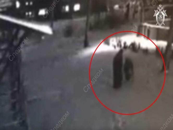 Hombre intenta violar a niña en plena calle, pero mujer la salva