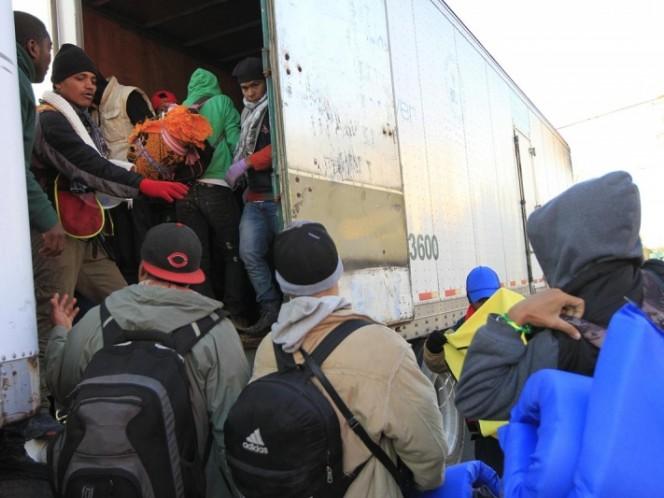 Caravana de migrantes bloquean autopista México-Querétaro