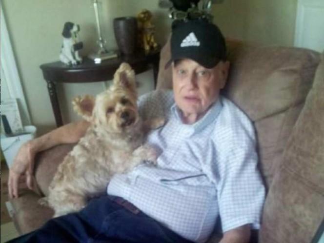 Intentó deshacerse de su padre con Alzheimer en un vuelo de avión