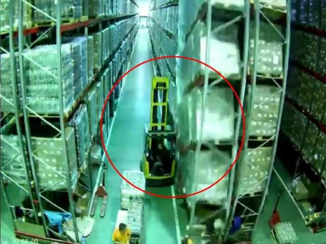 Conductor de montacargas provoca derrumbe de todo un almacén