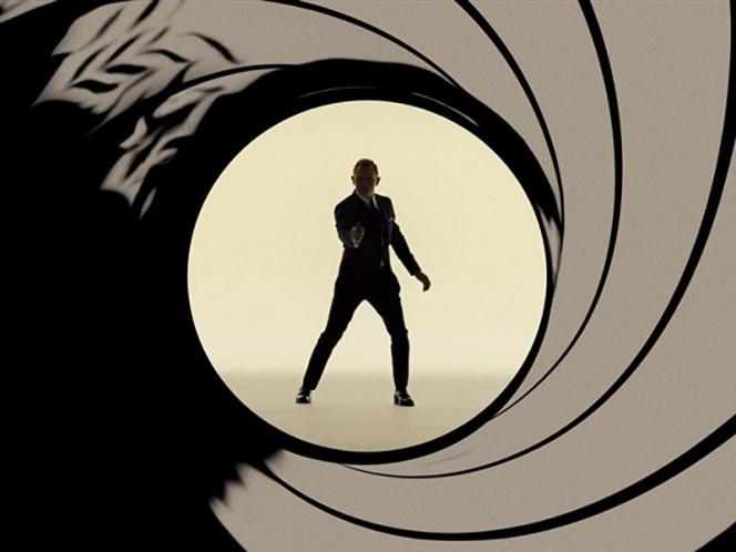 'Perdonan' que James Bond sea afrodescendiente o mujer, pero no gay