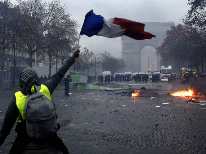 Mundo: Dantesca batalla campal en París por la suba de los combustibles