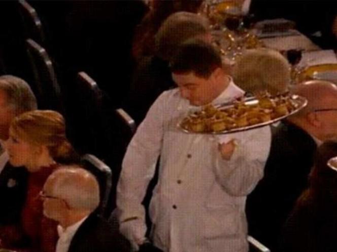 (VIDEO) Mesero comete gracioso error durante la entrega de los Premios Nobel