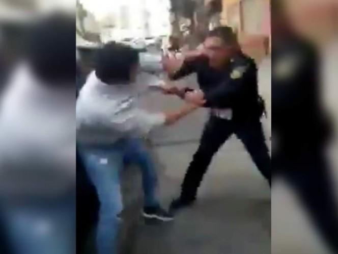 Policía se enfrenta a golpes con ciudadano en la V. Carranza