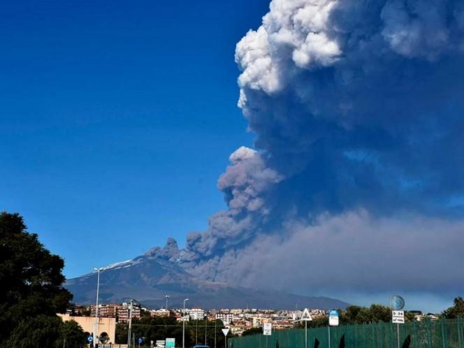 Volcán Etna hace erupción en Italia; cierran aeropuerto