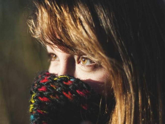 Mujer se aplica crema para disfunción eréctil en un ojo