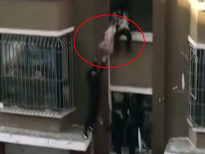 Atrapa al vuelo a un bebé que caía desde un segundo piso