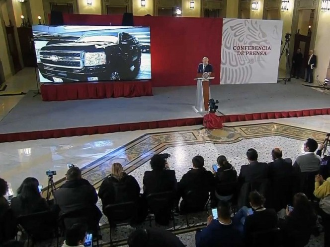 Anuncia López Obrador tianguis de vehículos y aviones oficiales