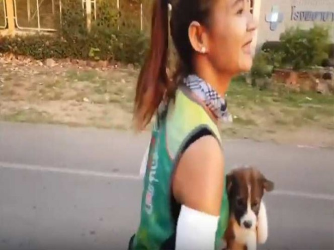 Maratonista corrió 30 kilómetros con perrito que rescató en los brazos