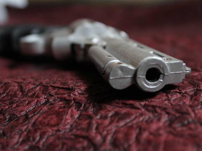 Niño encuentra pistola bajo colchón y le dispara a su madre embarazada