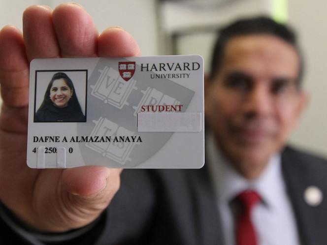 Dafne Almazán, primera mexicana menor de edad en ingresar a Harvard