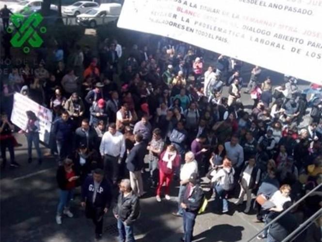 Trabajadores de Semarnat llaman a paro por despidos; bloquean avenida Ejército Nacional