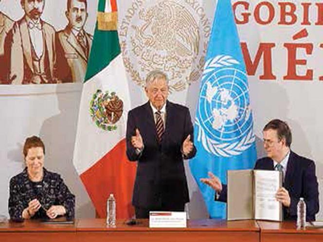 En la firma del acuerdo estuvieron, además del Presidente, Grete Faremo, por parte de la ONU, y el canciller Marcelo Ebrard / Foto: Héctor López Ramírez